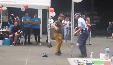 Saca a la poli a bailar