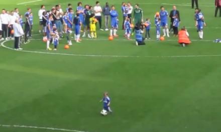 Un niño de 2 años enloquece a los hinchas del Chelsea