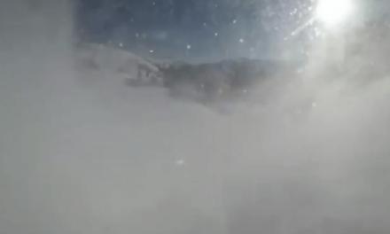 Sale ileso de una avalancha de nieve