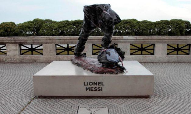 Cortan por la mitad la estatua de Messi en Buenos Aires