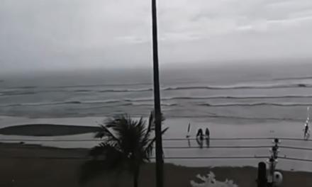 Le cae un rayo mientras pasea por una playa de Brasil