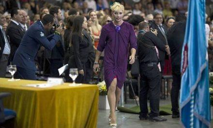 Un chico se gradúa con vestido y tacones en contra de la homofobia