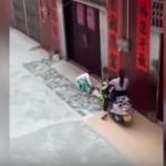 Atropella a su nieta de 6 años varias veces «para asustarla y que se fuera de casa»