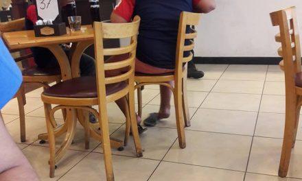 Un camarero ve a dos niños pidiendo y hace lo impensable