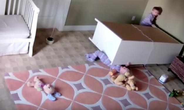 Increíble lo que su hermano gemelo de 2 años hizo por el al caerle un armario encima