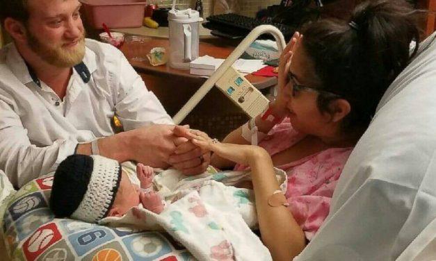 Le pide matrimonio a través de su bebé recién nacido