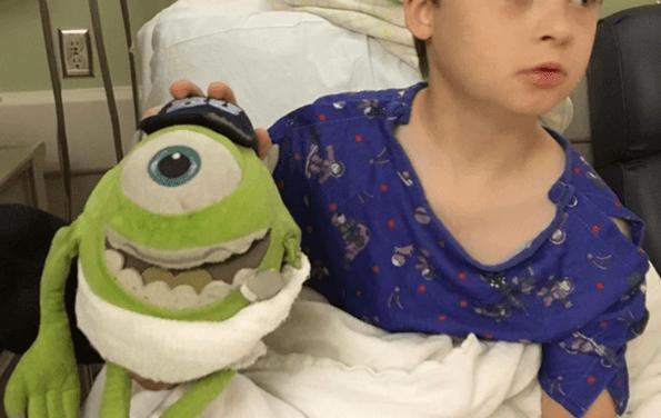 Opera a un muñeco de peluche para que un niño no se sintiera solo