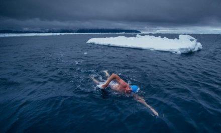 Un hombre nadó en la Antártida para generar conciencia ambiental