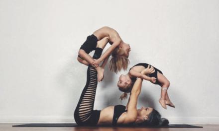 Una madre enseña a sus hijos el equilibro a través del yoga