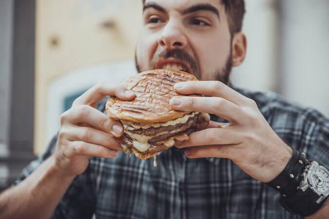 Riesgos que provoca abusar de la comida basura