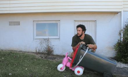 Fabrica un kart para su hija con piezas sueltas que encuentra por casa