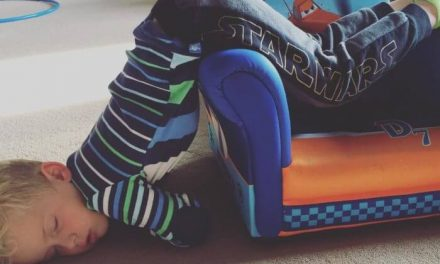 Niños adorables que se quedan dormidos en sitios inesperados