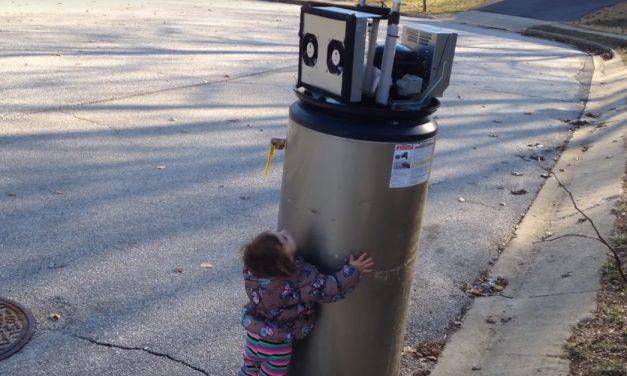 Video viral de la niña adorable que confunde una fuente con un robot