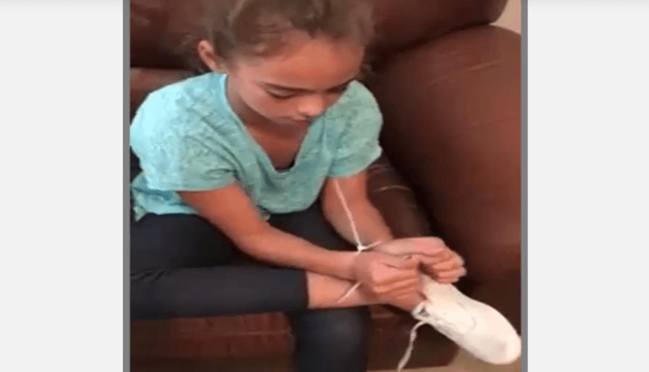 Esta niña te va a enseñar a quitarte una brida en 50 segundos