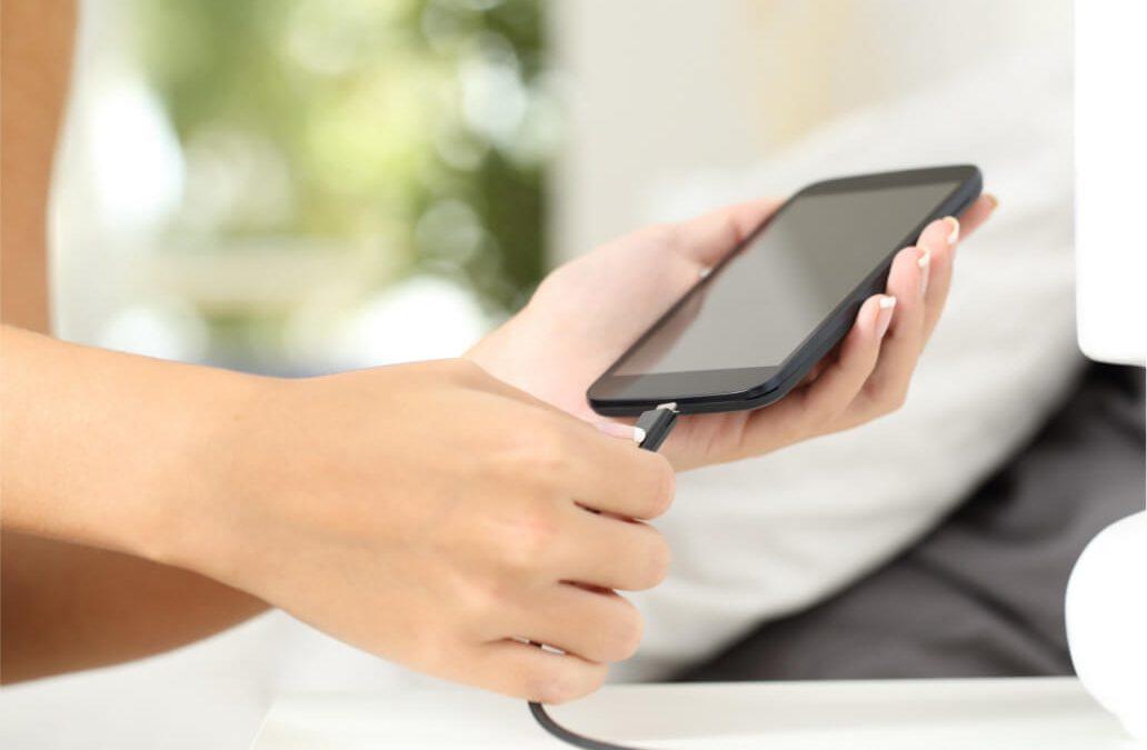 ¿Es posible ahorrar al cargar el teléfono móvil?