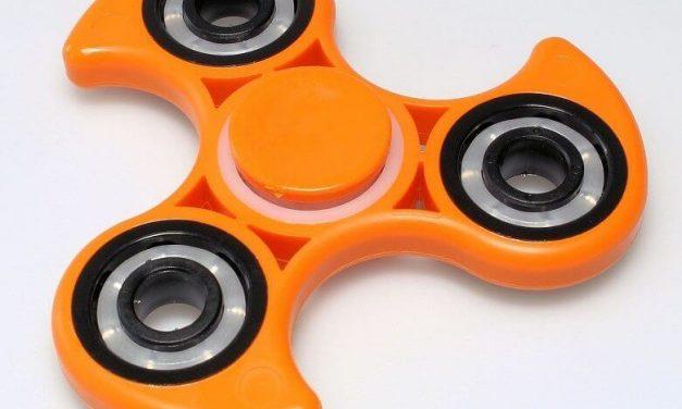 Fidget spinner es el juguete que fascina a los niños y tiene muchas críticas
