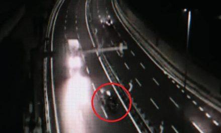 Scooter contromano in tangenziale, ecco le immagini. Un testimone: «Evitati per miracolo»