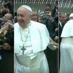 Papa Francesco, una suora africana prova a strattonarlo e lui ironizza: «Basta che non mordi»